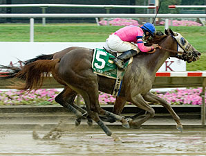 Blind Luck wins the 2010 Delaware Oaks.