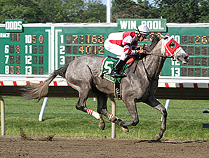 Cassatt wins the 2014 Monmouth Oaks.