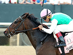 Close Hatches wins the 2014 Apple Blossom.