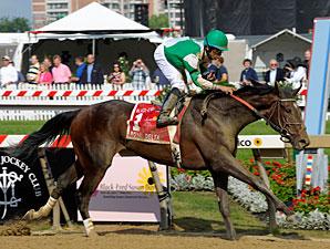 Royal Delta wins the 2011 Black-Eyed Susan.
