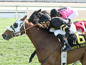 Skyring wins the 2014 Mervin H. Muniz Jr. Handicap.