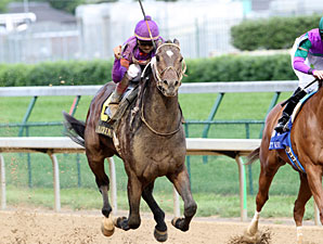 Thiskyhasnolimit wins the 2010 Matt Winn.