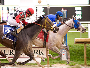 Vineyard Haven wins the 2009 De Francis Dash.